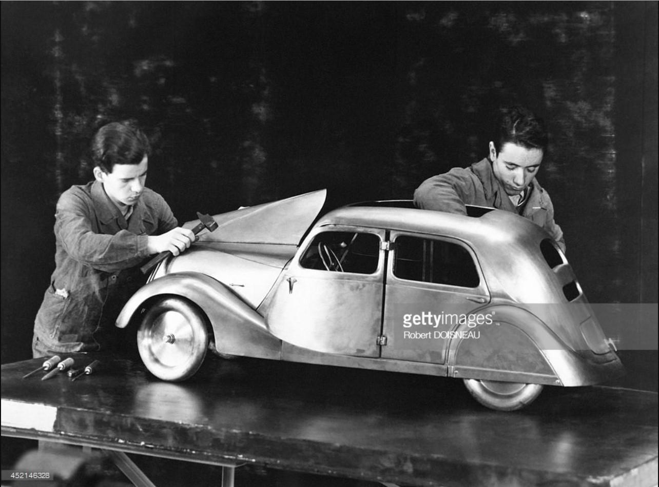 1950. Ученики с моделью автомобиля Рено