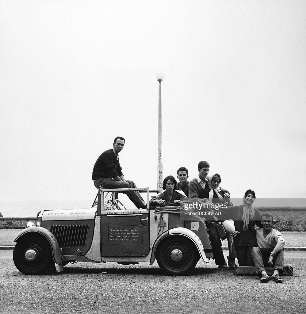 1959. Молодые люди позируют рядом с их автомобилем