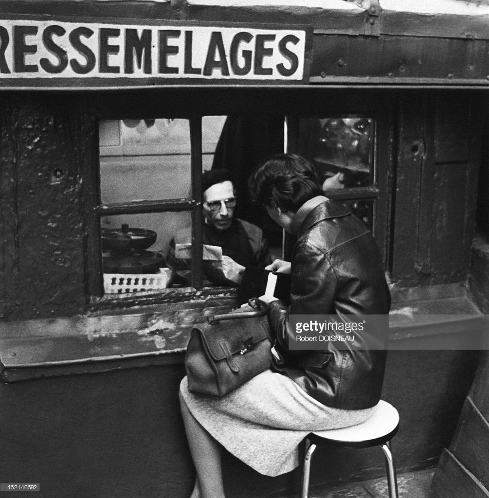 1965. Ремонт обуви, самый маленький магазинчик в Париже, прямо напротив лестницы церкви Сен-Рош
