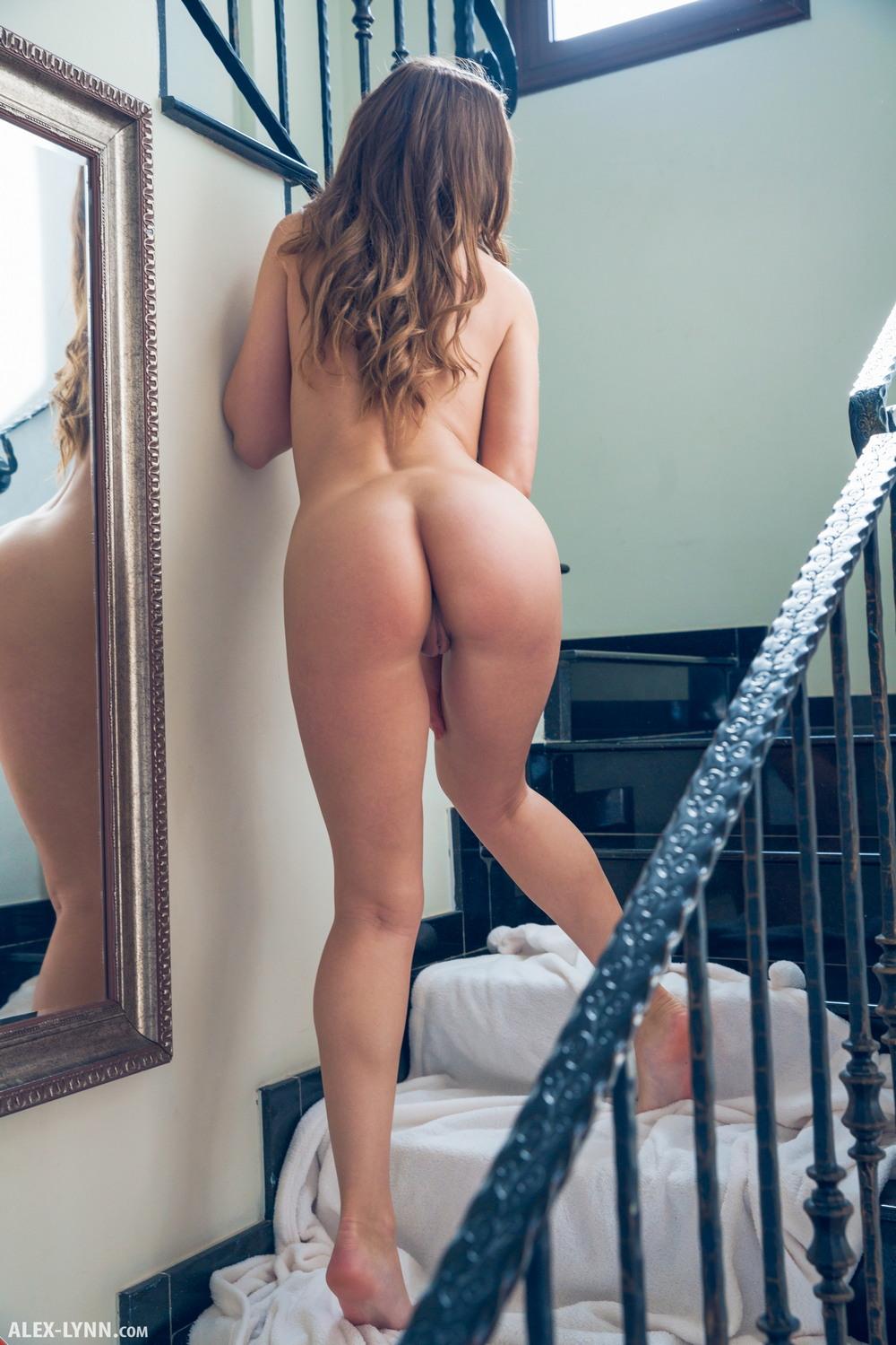 Обнаженная Sybil на лестнице