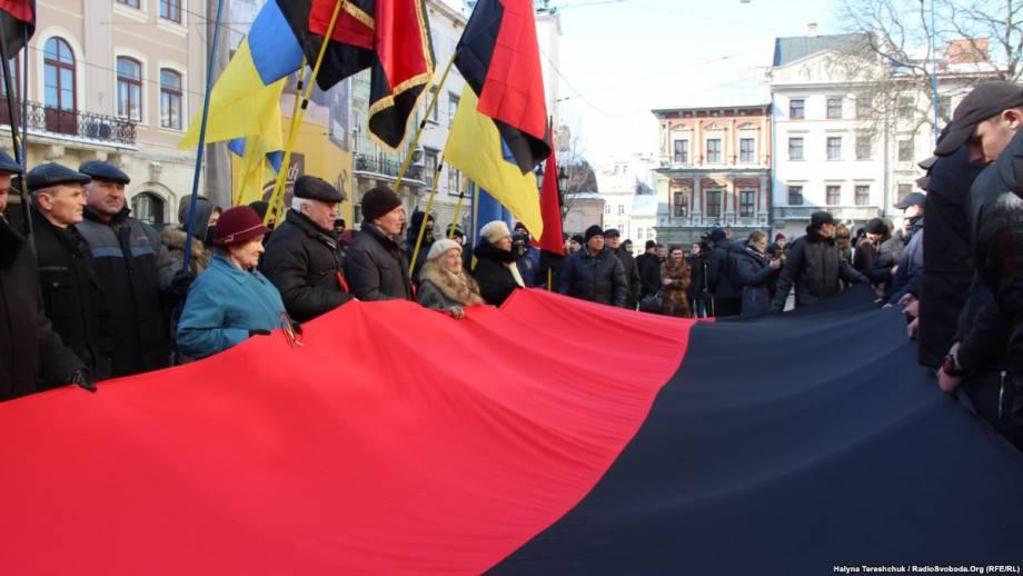 Мэрия Львова решила 9 раз в год вывешивать рядом с государственным флагом красно-черный