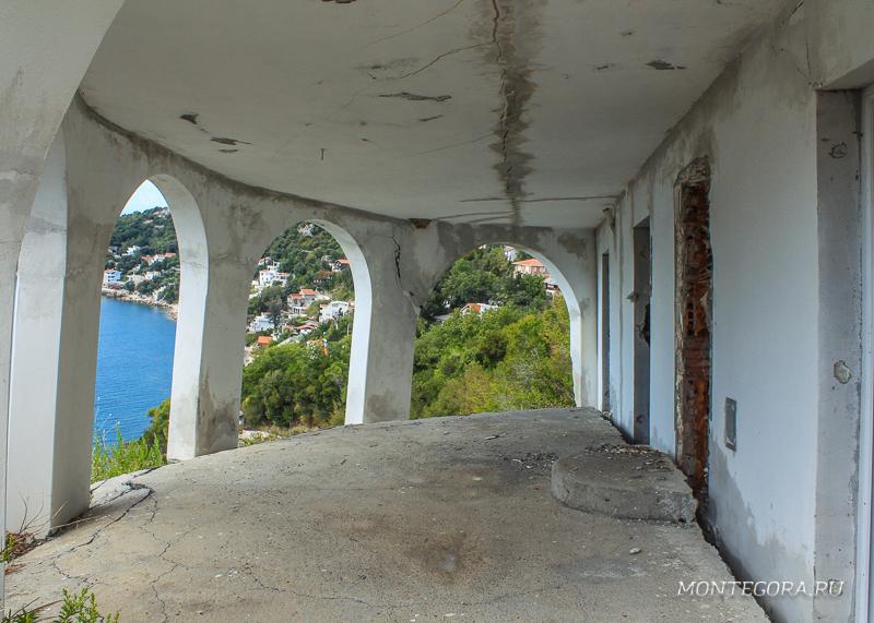 Одно из десятков зданий, пострадавших в землетрясении