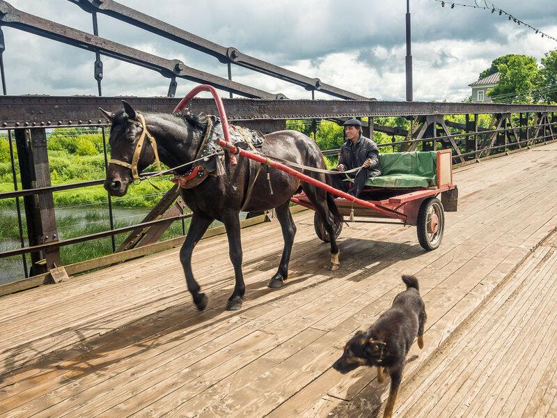 Автомобильное движение по мостам закрыто, но конные экипажи чувствуют себя здесь вольготно.