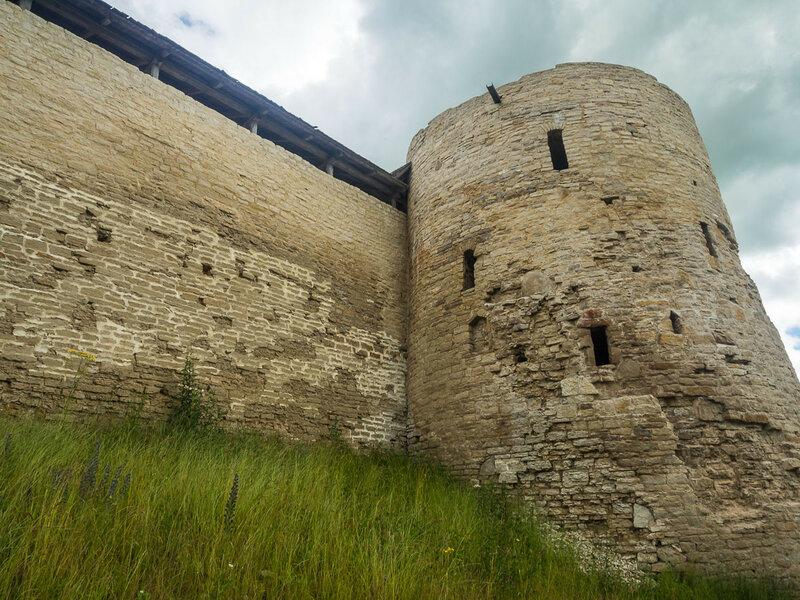 В центре стены – колокольная башня, когда-то на ней находилась звонница.
