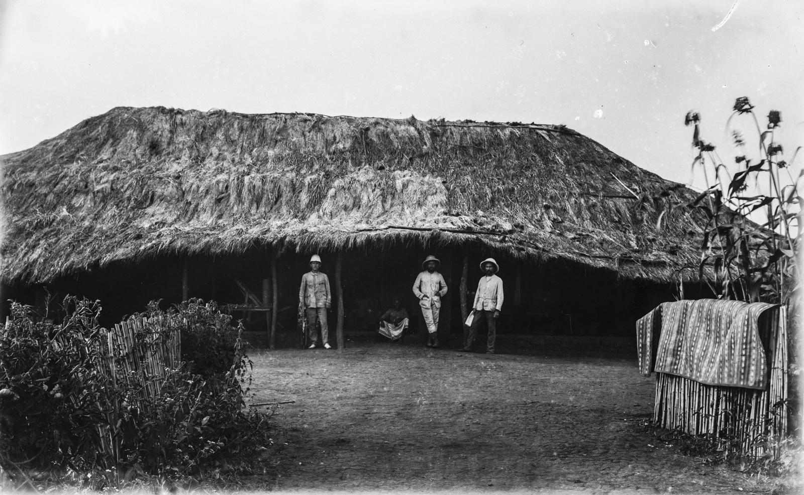 351. Исследователи возле дома на станции немецкого общества Восточной Африки (ДОАГ) в Корогве