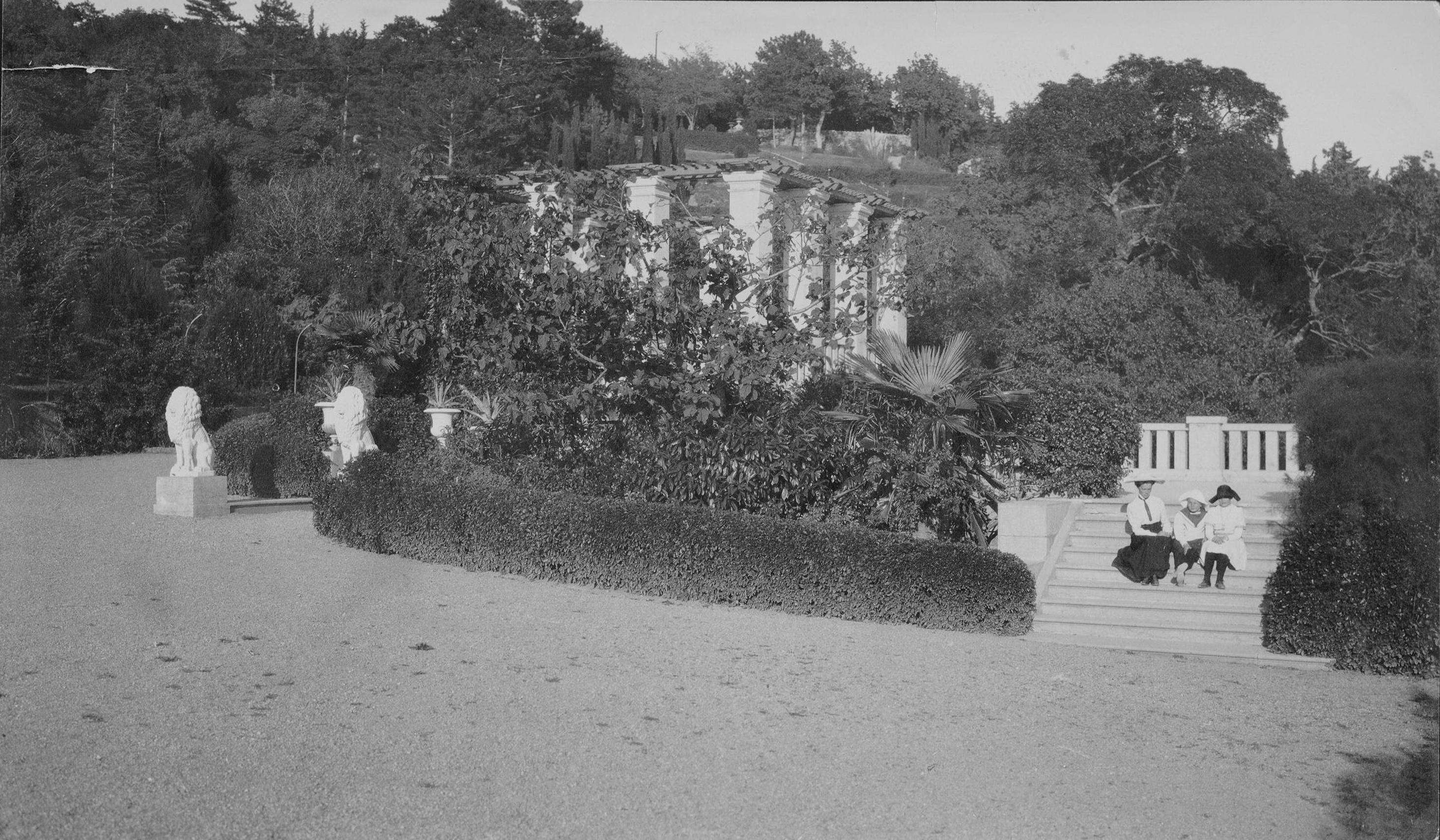Верхняя терраса. Слуги Юсуповых с маленьким Николаем на прогулке. 1884