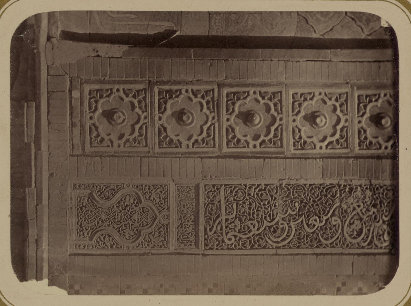 Мавзолей Айнэ-Ханэ (эмира Муссы). Надпись с датой строительства, с левой стороны фасада