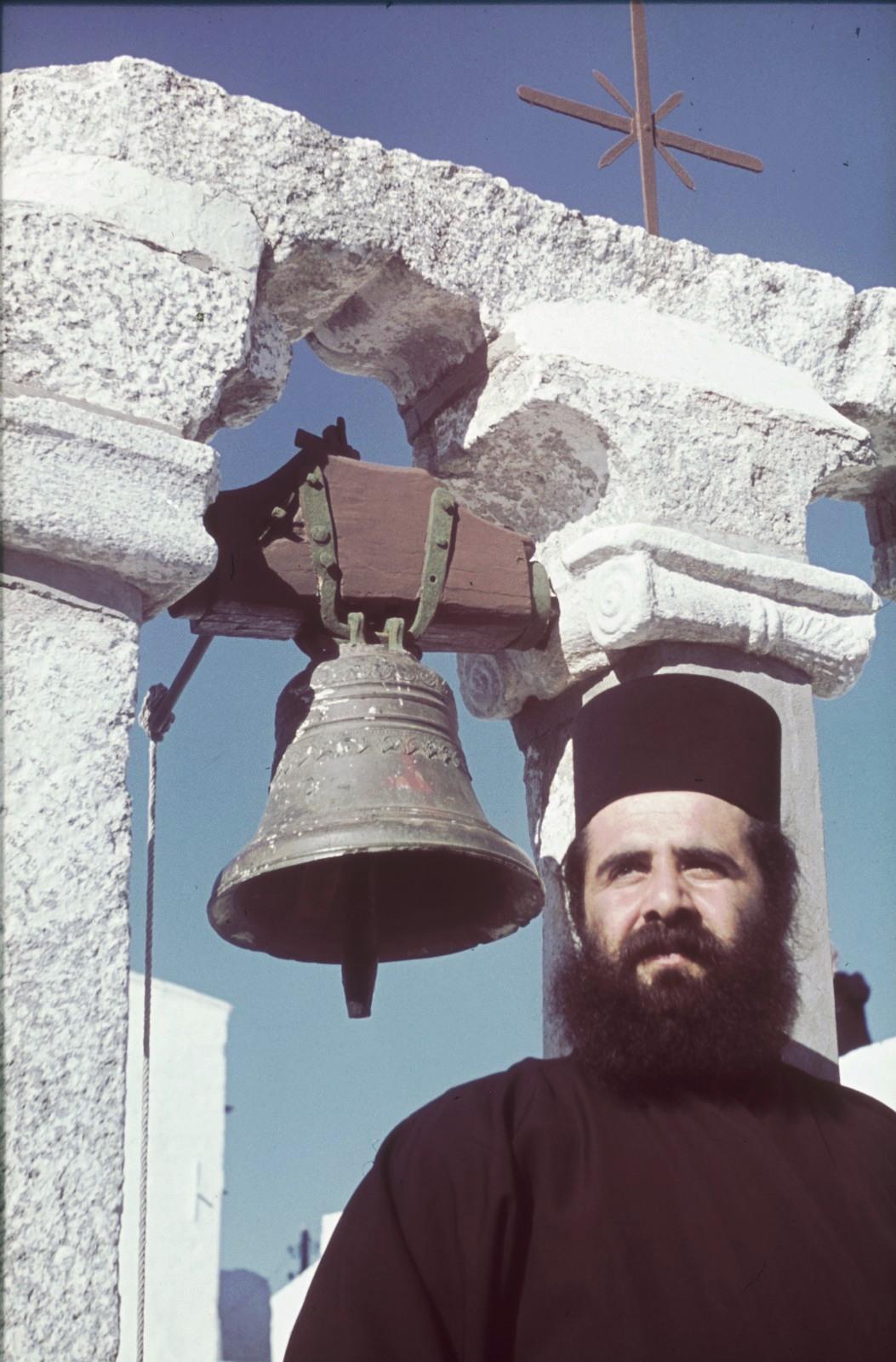 Патмос. Монастырь Иоанна Богослова. Монах перед колоколом
