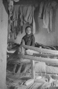Девочка наматывает шерсть у себя дома
