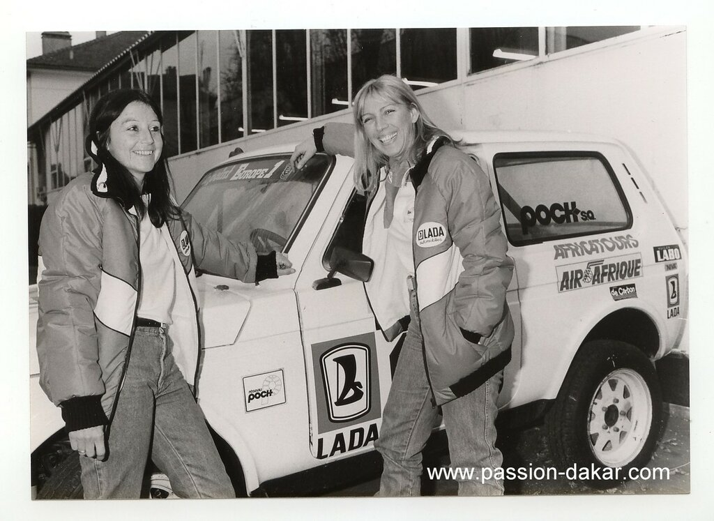 Photo  presse  TEAM  LADA  POCH  MARTINE  DE  CORTANZE & ANNE MARIE  DE  BELABRE  DU  5  éme  PARIS-ALGER-DAKAR  1983.jpg