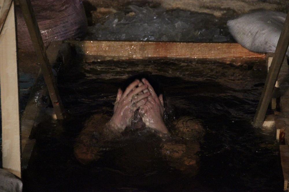 В Твери сотни верующих пришли окунуться в прорубь на Крещение