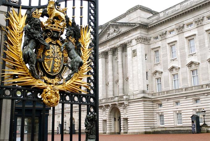 2. *Кенсингтонский* дворец Герцог и герцогиня Кэмбриджские (также известные как Уильям и Кейт), а та