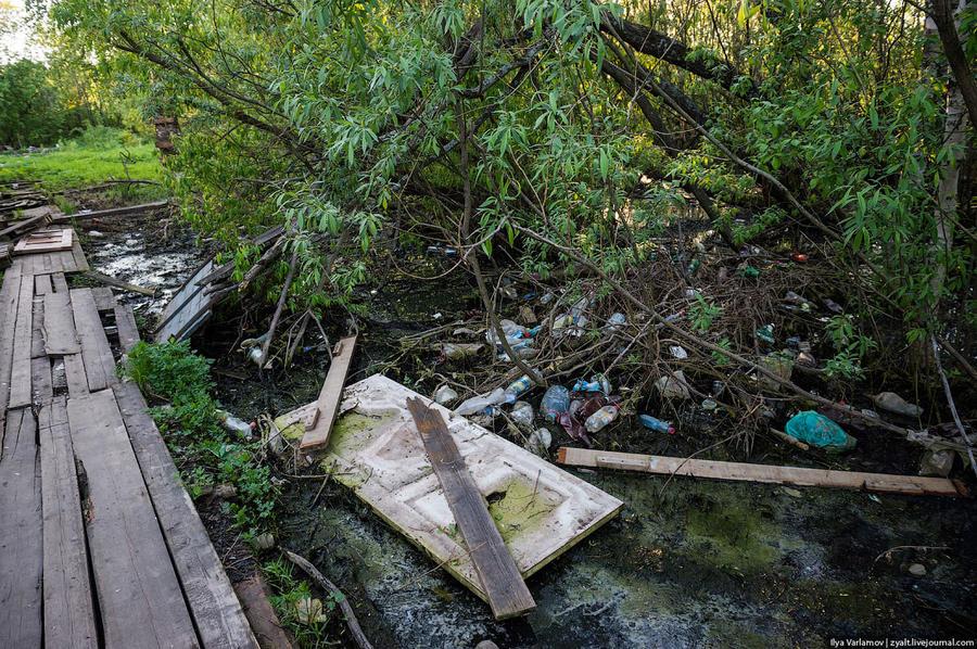 2. Мусор тут тоже никто не убирает, так как вода в некоторых местах стоит постоянно, и дворникам нуж