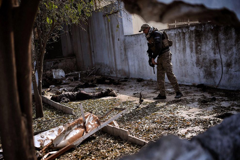 17. Авиаудар по жилой части Мосула, где предположительно действует ИГИЛ. (Фото Alaa Al-Marjani