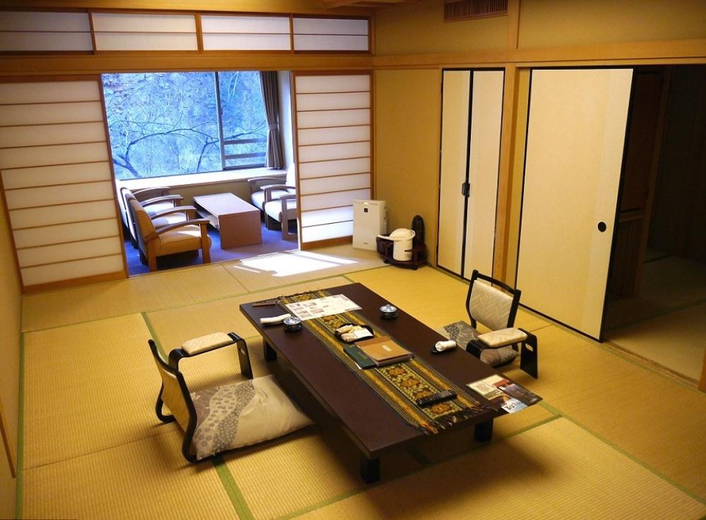 Вгостинице 35комнат, все обставлены втрадиционном японском стиле. Вкаждом номере всвое время ос