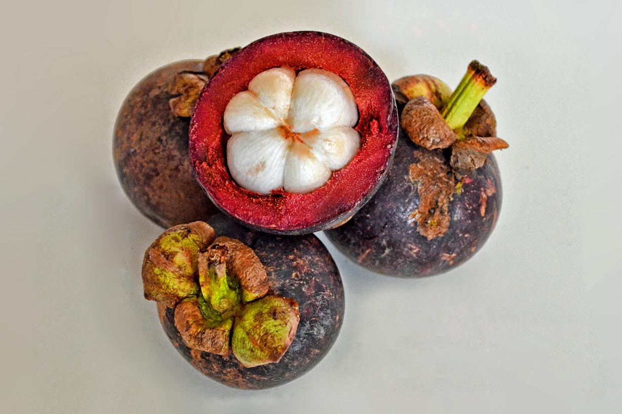 Мангостан. Плод по вкусу напоминает сочетание ананаса, винограда и клубники. Съедобна только вну