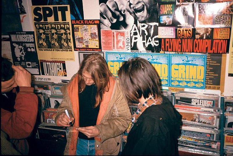 Курт Кобейн дает автограф в Rough Trade Records в Лондоне, 4 декабря 1989 года.