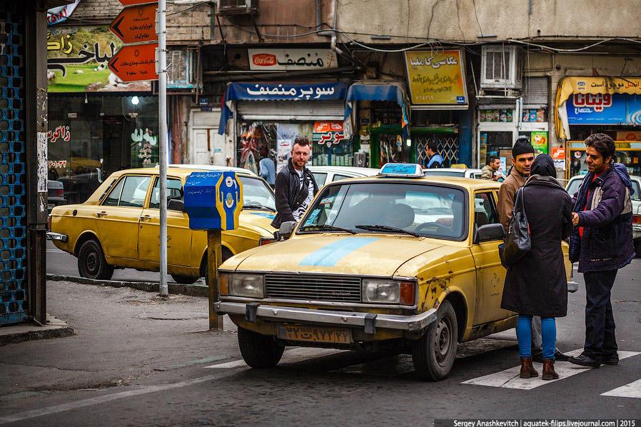 32. В Иране огромное количество такси. Машины часто очень старые. Таксисты, завидев иностранца, идущ