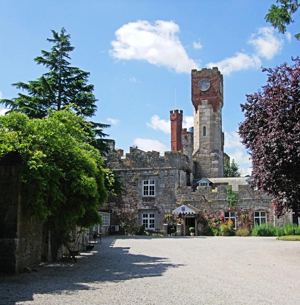 Великобритания. Уэльс. Замок Ратин. Здание было построено по приказу короля Эдуарда I в 1282 год