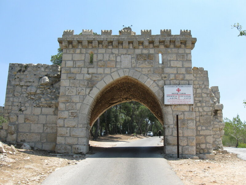 Врата ветра, через которые ведет дорога к монастырю