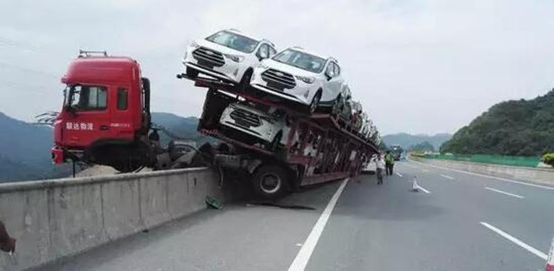 Китайский автовоз повис над пропастью