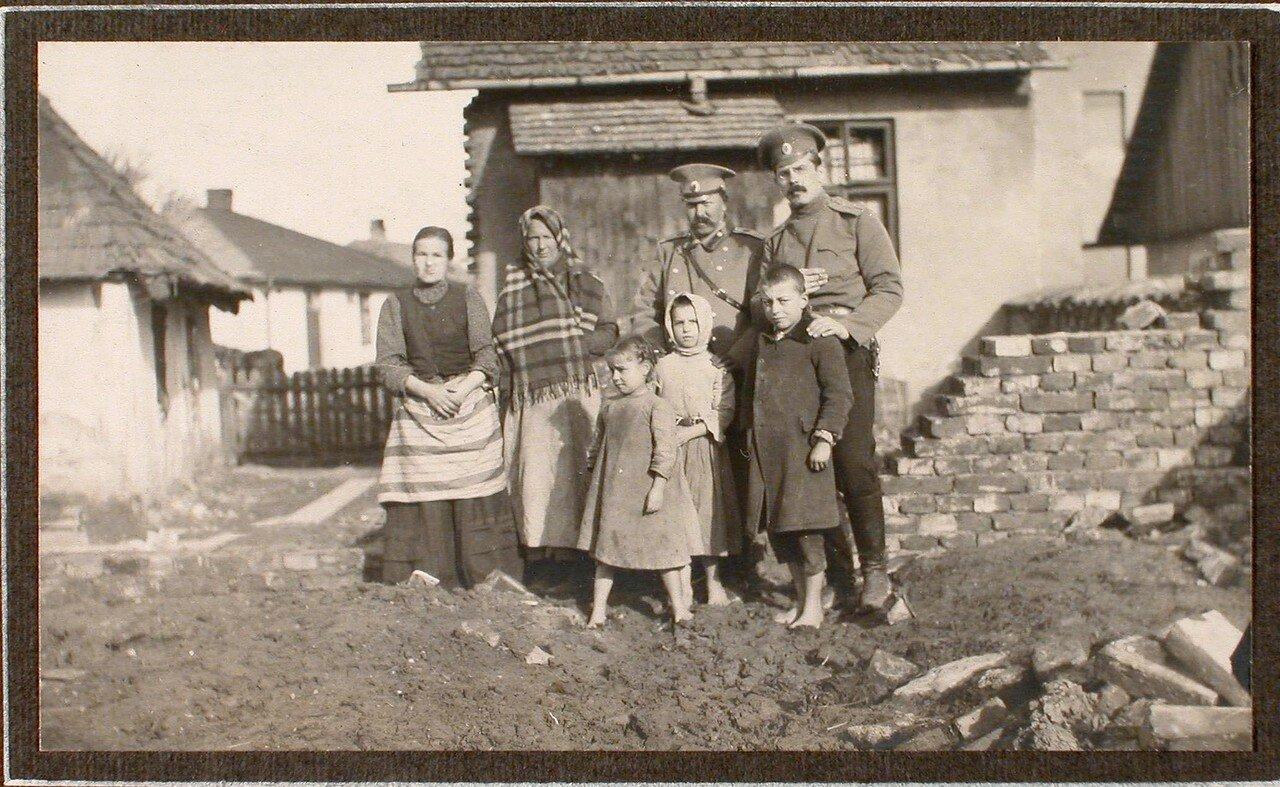 07. Группа военных и пострадавших жителей дома, разрушенного бомбой, сброшенной 6 декабря 1914