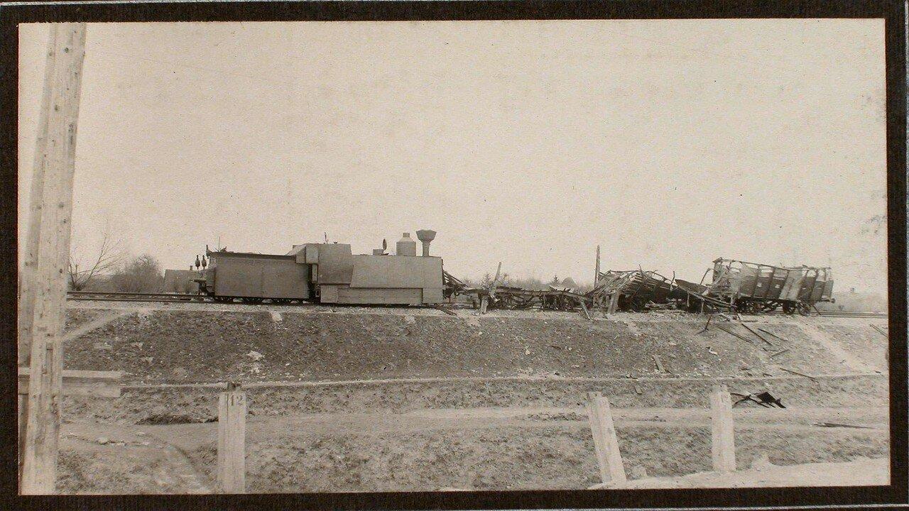 43. Вид разрушенных вагонов бронированного поезда
