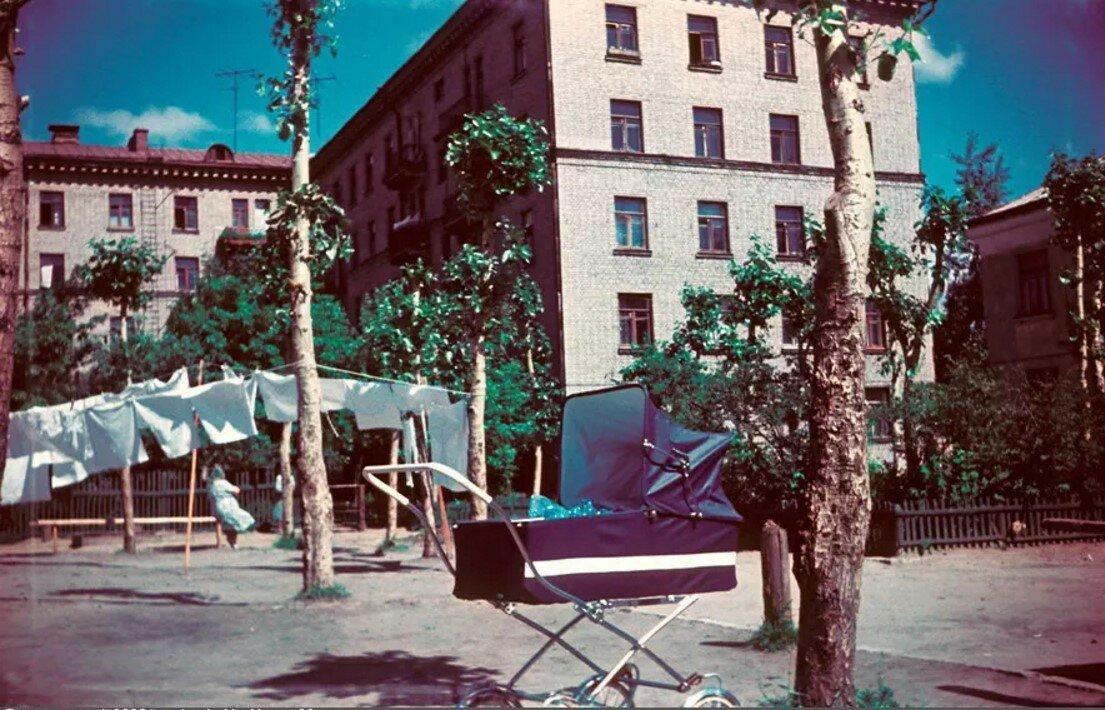 1965. Двор дома №52 по Новогиреевской улице