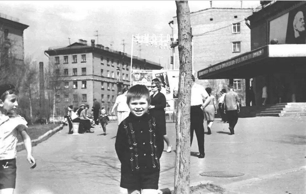 1970. У кинотеатра Берёзка на Мартеновской улице