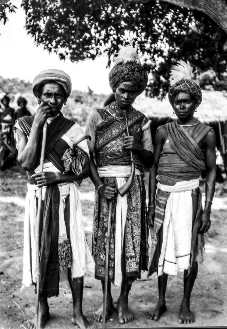 678. Орисса. Трое мужчин в праздничной одежде