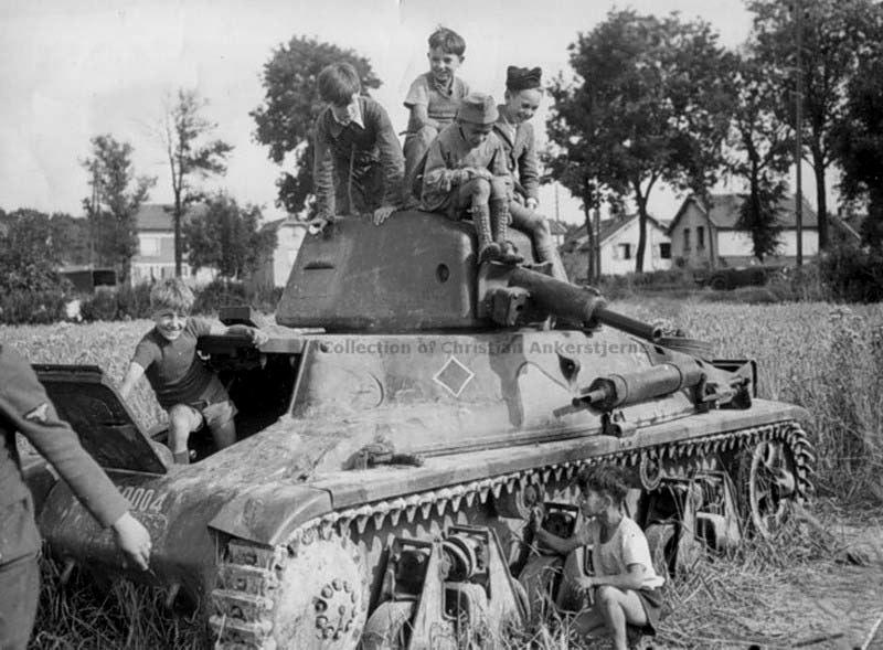 Дети на брошенном танке Hotchkiss H-39.