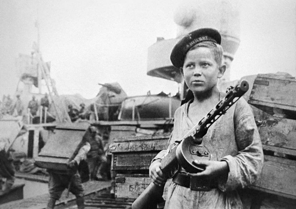 Юнга лидера эсминцев «Ташкент» Боря Кулешин.