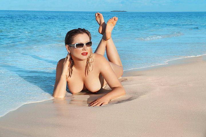 Лена Ленина топлес на отдыхе