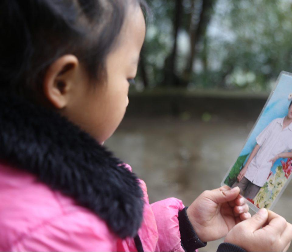 Пятилетняя девочка ухаживает за бабушкой и прабабушкой