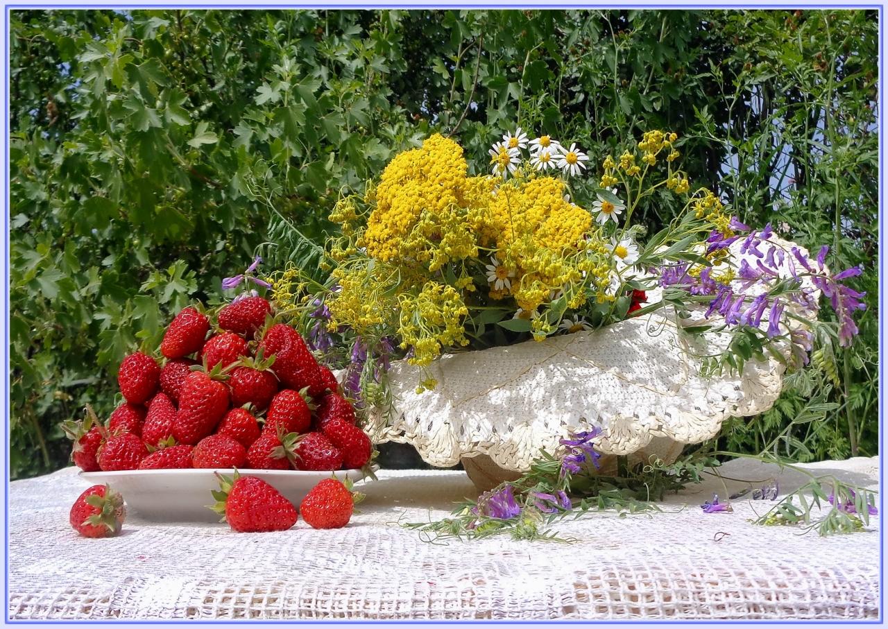 Весенняя фантазия с полевыми цветами и клубникой