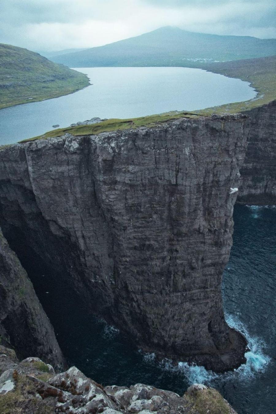 Озеро Сорвагсватн (его также часто называют «озеро над океаном»), Фарерские острова.