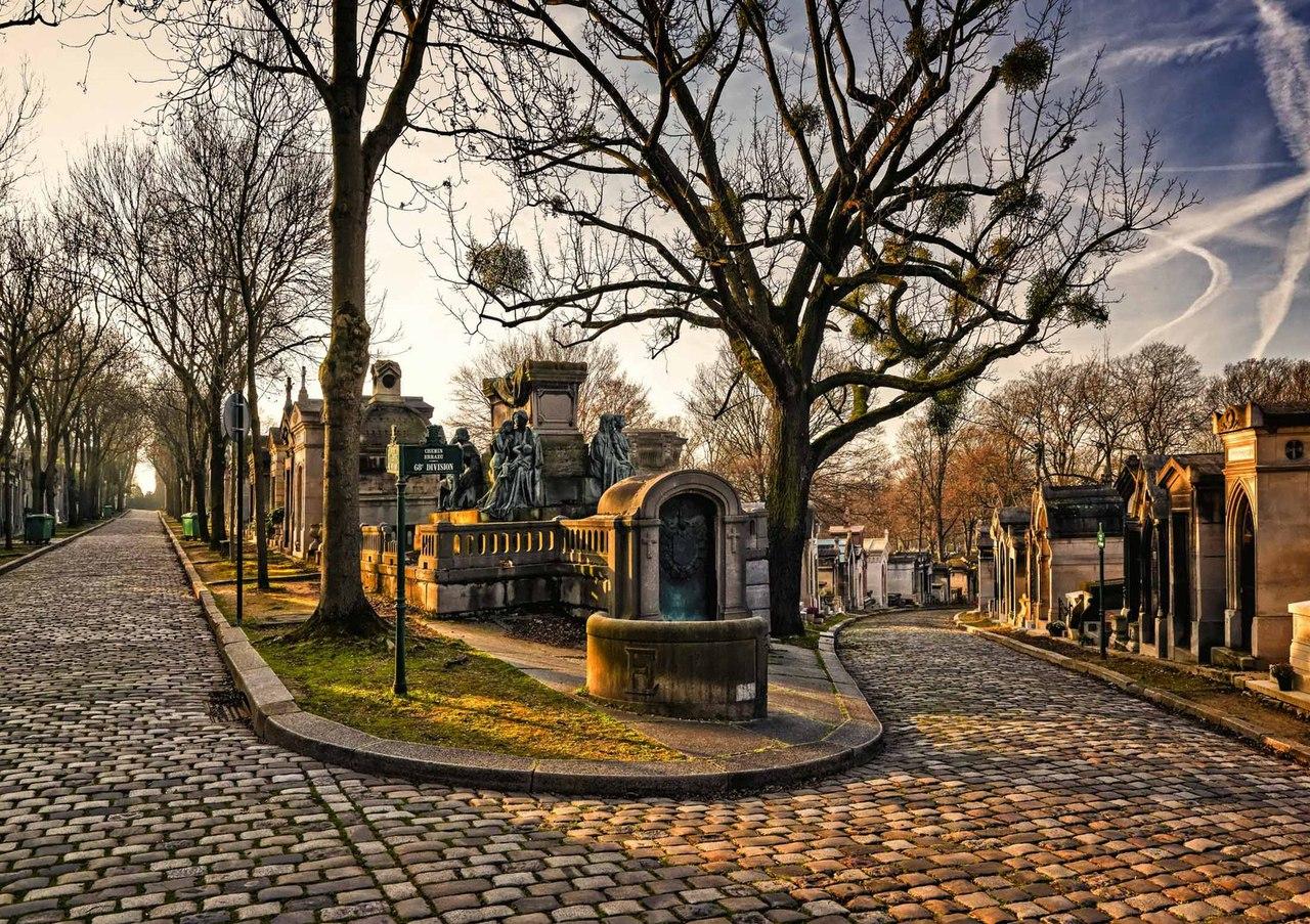 Это гигантское кладбище площадью 44 га считается самым посещаемым в мире. Здесь множество мощеных до
