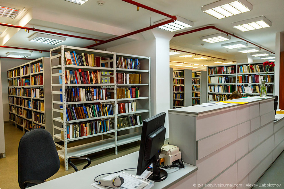Книгохранилище находится в подвальном помещении здания, и мы отправляемся туда отслеживать, как