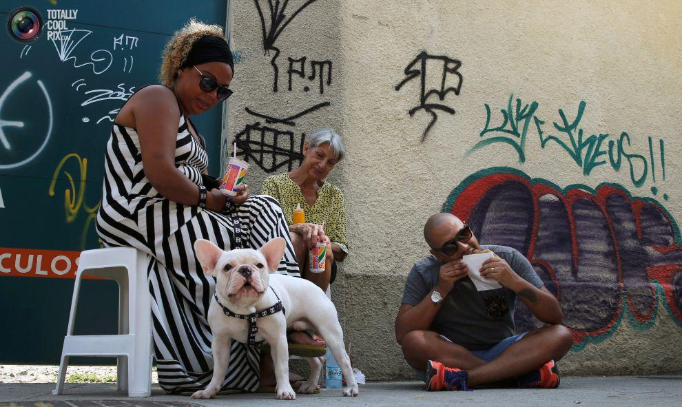 Женщина ест podrao в Рио-де-Жанейро.