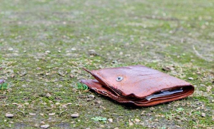 Парень нашел потрепанный кошелек. Он и представить не мог, к чему это приведет… (6 фото)