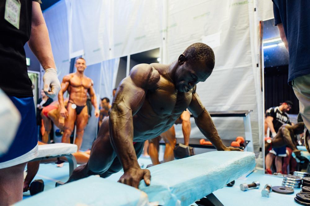 Один день с качками — как в швейцарской деревне готовятся к чемпионату по бодибилдингу (12 фото)