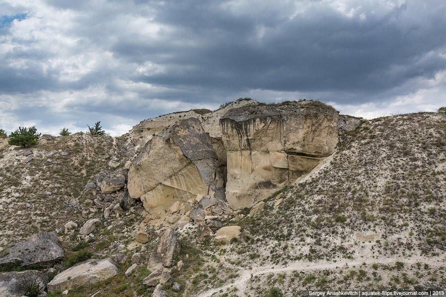 14. Скальная стенка Белой скалы. Внизу хорошо видна осыпь, создаваемая ветром.