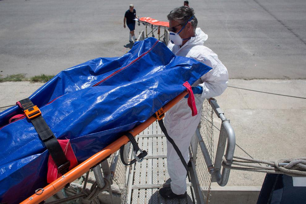 11. Итальянцы подвозят гробы. (Фото Chris McGrath):