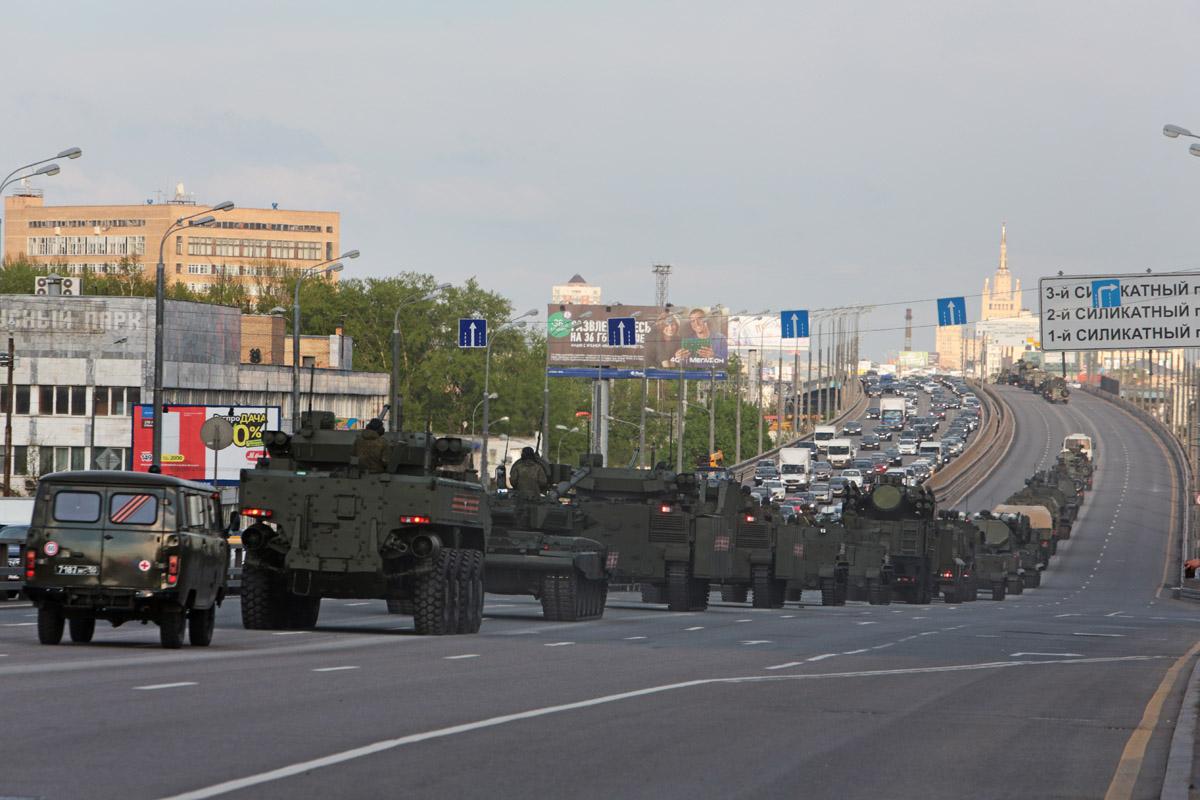 Боевые машины на Звенигородском шоссе.
