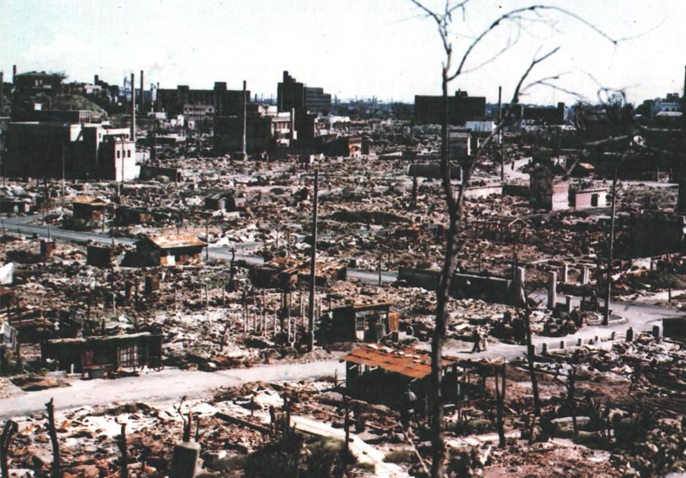 21. Цветная фотография руин Центральной Хиросимы осенью 1945 года. (U.S. National Archives)