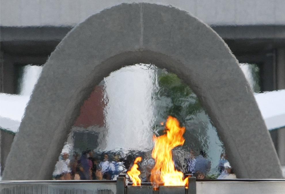 33. Мемориальный огонь в честь жертв атомного взрыва на памятнике в мемориальном парке Хиросимы, Зап
