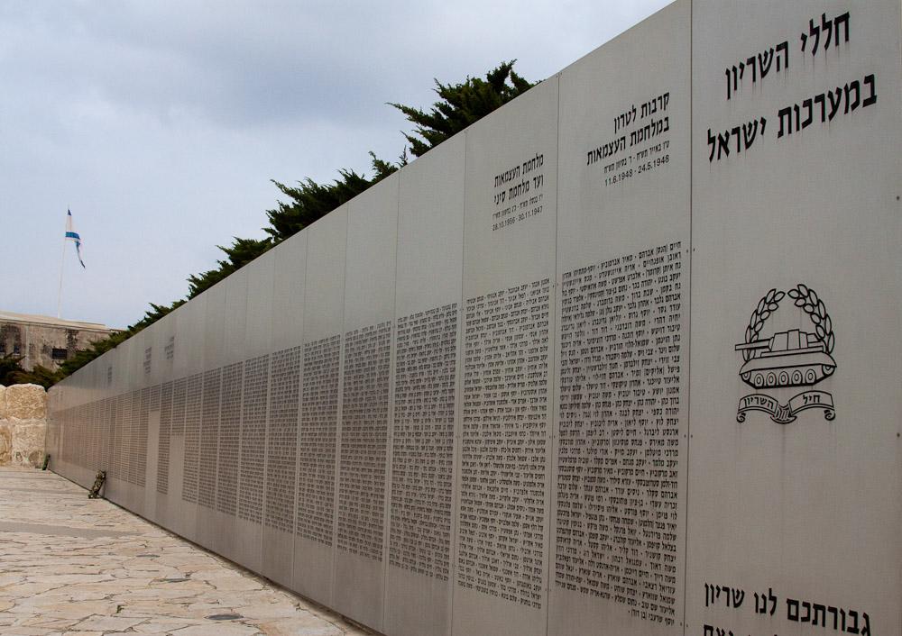 На этой стене выбиты в алфавитном порядке имена погибших танкистов. Каждая