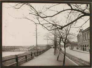 Вид части набережной; слева - взорванный мост через реку Сан.