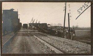 Вид сброшенных с железнодорожного полотна вагонов.