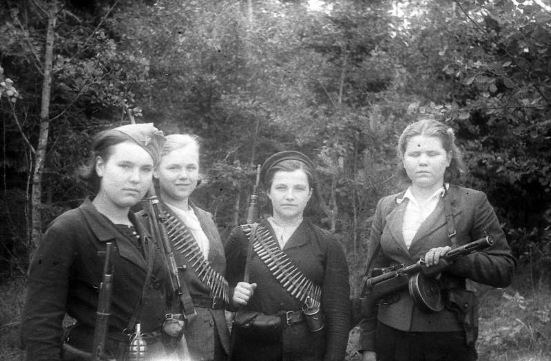 Девушки-бойцы белорусского партизанского отряда. 1944.jpg
